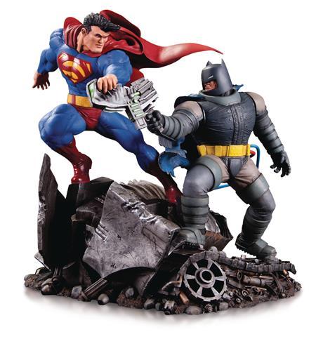 DKR BATMAN VS SUPERMAN MINI BATTLE STATUE